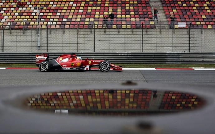 Fernando Alonso, com a Ferrari, no primeiro treino livre para o GP da China (Foto: Reuters)