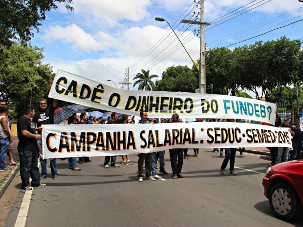 Faixas mostravam reinvidicações dos profissionais (Foto: Suelen Gonçalves/G1 AM)