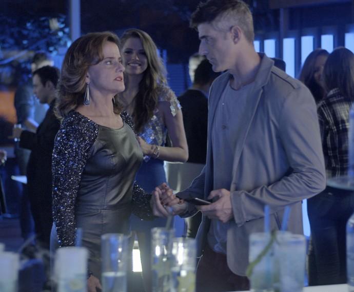 Fanny não gosta nada de ver Anthony de papo com Giovanna (Foto: TV Globo)