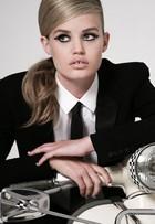Georgia May Jagger usa visual retrô em campanha de cosméticos