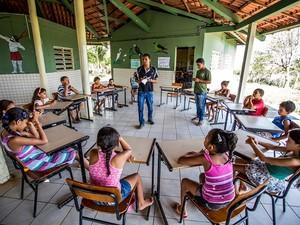 Na Escola Estadual Indígena Tingui-Botó, em Feira Grande, monitores dão aulas às crianças, mas trabalho deveria ser feito por professores índios com formação superior, segundo a Constituição (Foto: Jonathan Lins/G1)