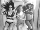 Rihanna exibe boa forma de biquíni e cabelão ao lado de amigas