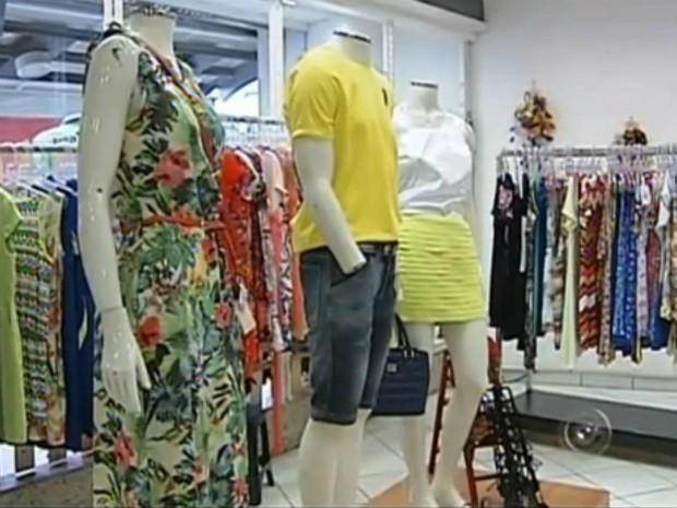 Lojas investem na combinação do branco com outras cores  (Foto: Reprodução/ TV TEM)