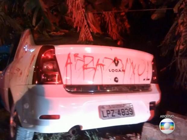 Carro ficou destruído após se atropelar 2 e bater em muro (Foto: Reprodução / Globo)