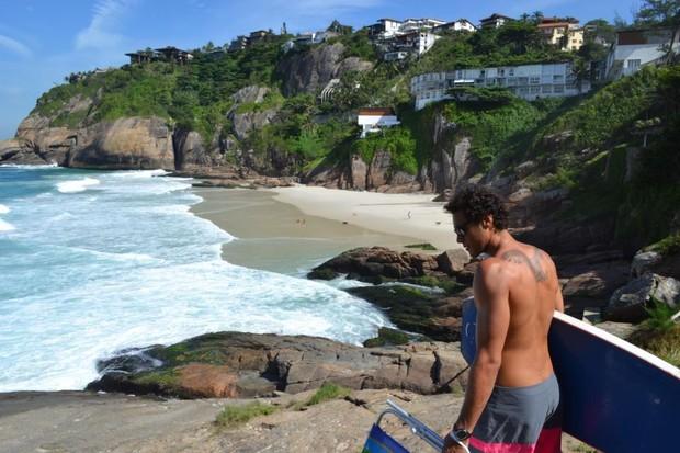 Nos momentos de folga, Tulio Nogueira gosta de surfar nas praias cariocas. (Foto: Arquivo Pessoal)