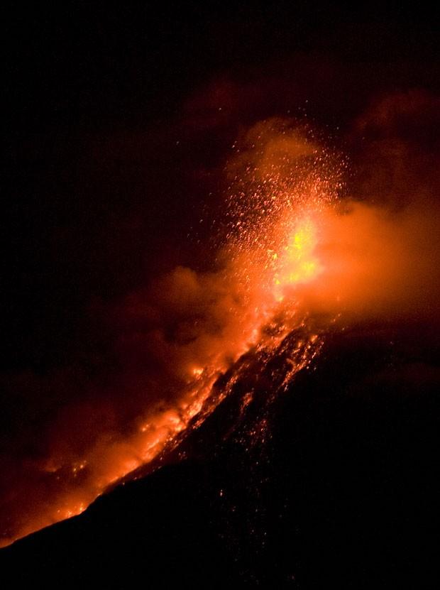 Uma área próxima à Cidade da Guatemala entrou em alerta depois que o vulcão Fuego entrou em erupção na noite desta sexta-feira (25). O vulcão fica em San Juan Alotenango, no estado de Sacatepequez, 65 km ao sul da capital do país. (Foto: Johan Ordonez/AFP)