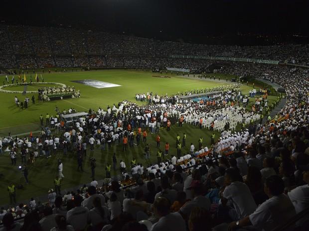 Estádio Atanasio Girardot, em Medellín, lotou nesta quarta-feira (30) para prestar homenagem às vítimas do acidente do avião da Chapecoense (Foto: AP Photo/Luis Benavides)