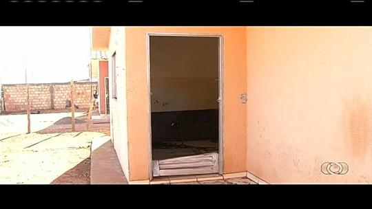 Casal e amigo são mortos com tiros na cabeça dentro de casa, em Goiás