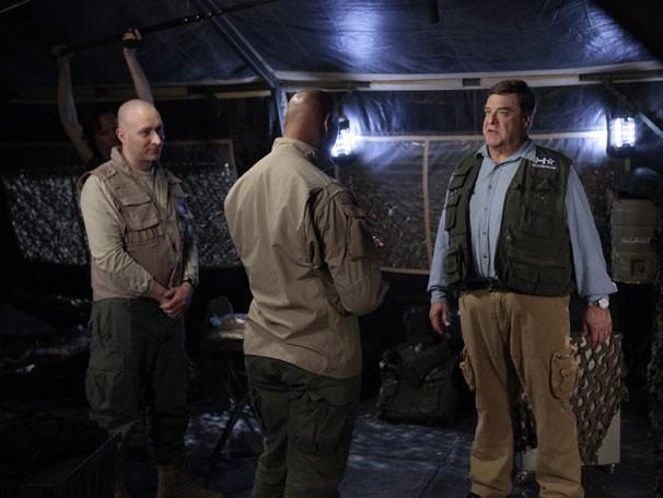 Howard Erickson decide ir atrás de Chris Sanches na Afeganistão (Foto: Divulgação / Sony Pictures Television)