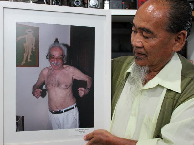 Roberto Higa fotografou Manoel de Barros sem camisa em 2007 (Foto: Gabriela Pavão/ G1 MS)