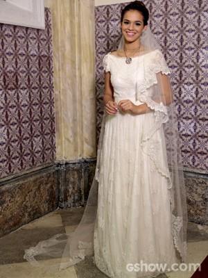 O vestido de casamento de Luiza é romântico, acompanhado por um lindo véu que cobre os pés (Foto: Felipe Monteiro/ TV Globo)