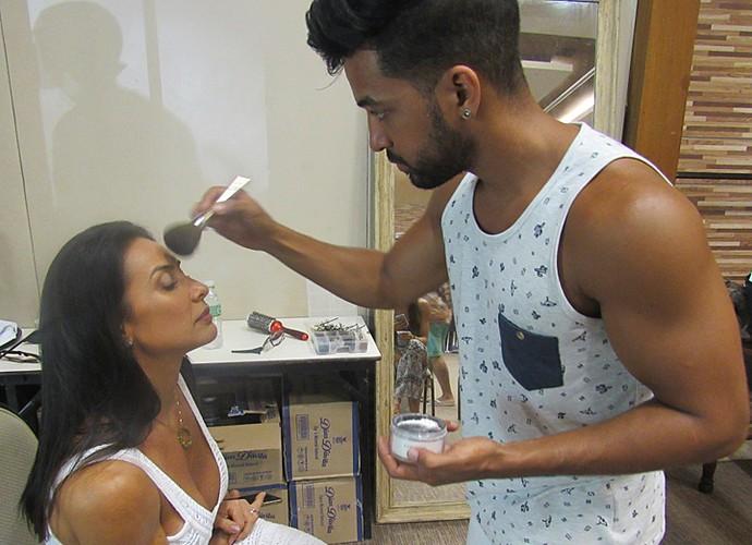 Scheila começa maquiagem para participar do Estrelas (Foto: Nathália Gomes / Gshow)