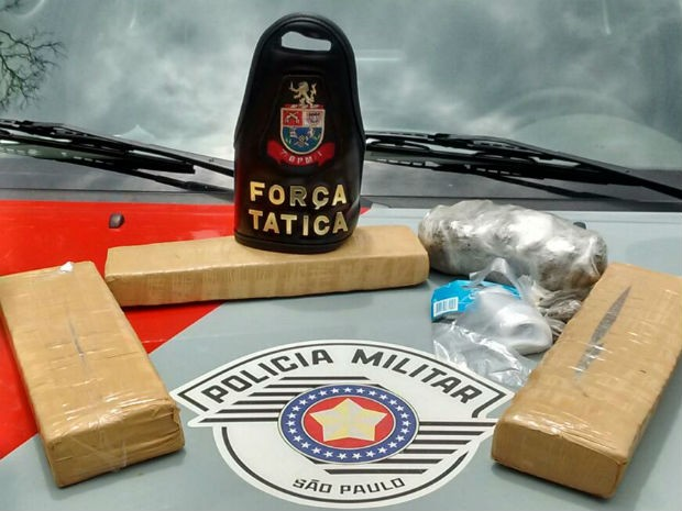 Tijolos, porções e dinheiro foram apreeendidos (Foto: Polícia Militar/Divulgação)