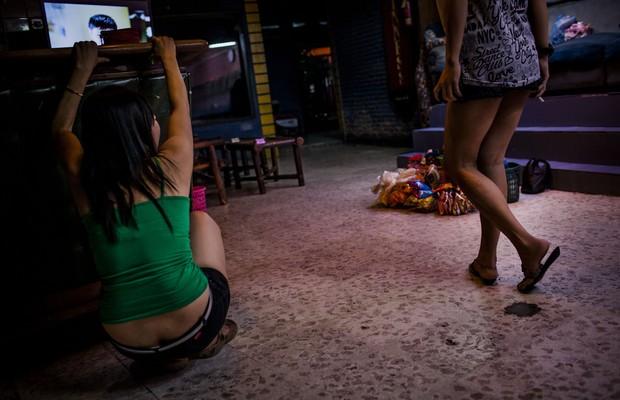 Garotas de programa esperam por clientes em um bordel na Indonésia. Lá, como em outros 115 países, a prostituição é ilegal. É preciso que isso mude (Foto: Ulet Ifansasti/Getty Images)