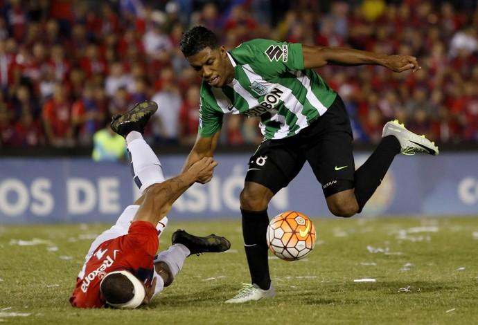 Berrío e Álvaro Pereira Cerro Porteño x Atlético Nacional (Foto: Andrés Cristaldo/EFE)