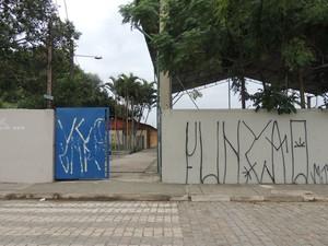 Fachada da Escola Josephina Najar Hernandez está totalmente pichada (Foto: Pedro Carlos Leite/G1)