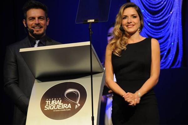 Os atores Monique Alfradique e Luigi Baricelli apresentaram o evento (Foto: Luciana Santos)