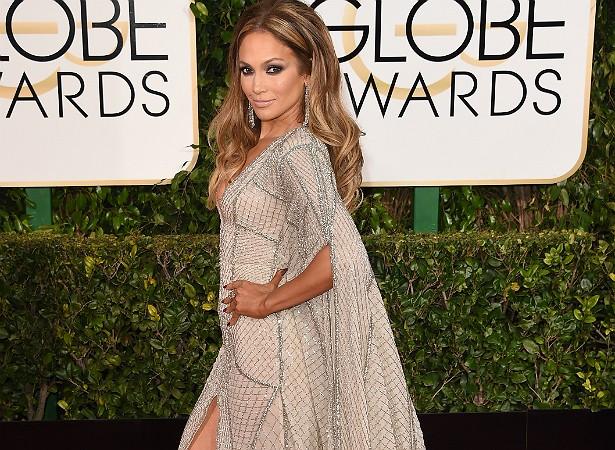 """Aos 45 anos, Jennifer Lopez tem um corpo impecável. Por isso ficou uma fera quando publicaram fotos dela de biquíni dizendo que ela estava engordando. """"Fiquei tão furiosa com uma pessoa dizendo que você não pode ter um pouco mais de carne, porque eu não estava gorda em nenhum aspecto"""", disse J.Lo a uma revista feminina. (Foto: Getty Images)"""