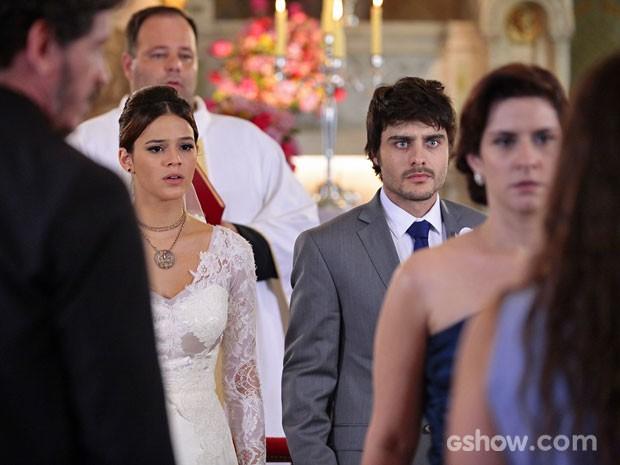 Helena fica em choque (Foto: Pedro Curi / TV Globo)