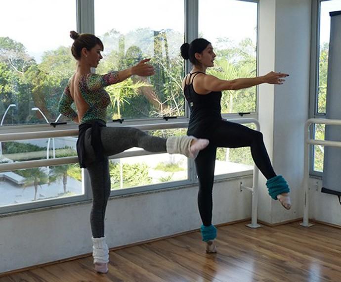 Professora ensina Dany Bananinha durante ballet (Foto: GShow)