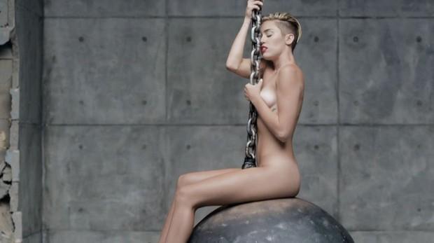 Miley Cyrus em Wrecking Ball (Foto: Reprodução / VEVO)