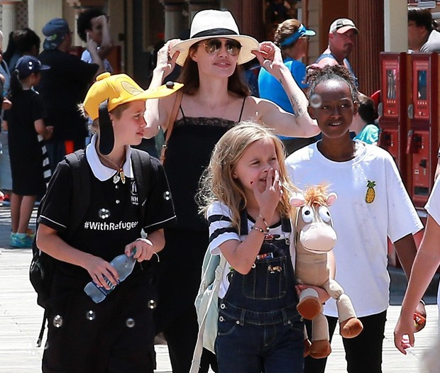 Angelina Jolie com as filhas Shiloh, Zahara e Vivienne (Foto: Grosby Group)