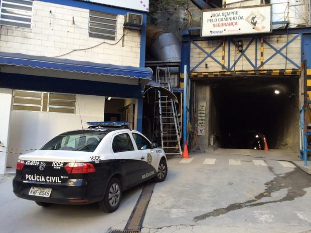Perícia da Polícia Civil estava na porta do canteiro de obras às 15h30 (Foto: Marcelo Elizardo / G1)