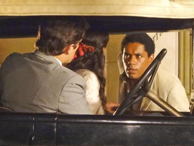 Chico flagra os dois (Foto: Lado a Lado / TV Globo)