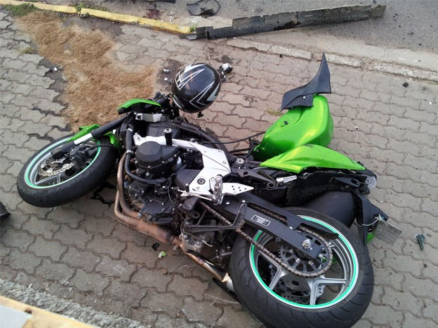 Motociclista morreu na hora ema cidente em Paraisópolis (Foto: Filipe Machado)
