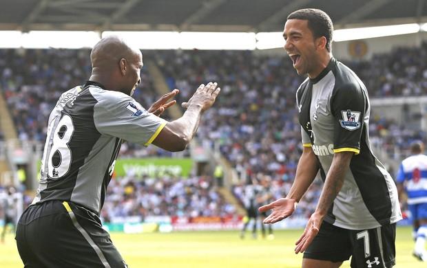 Defoe e Lennon, comemoram gol do Tottenham contra o Reading (Foto: Agência Reuters)