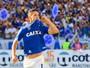 Thiago Neves mantém promessa de festejar gol com cabeça de mascote