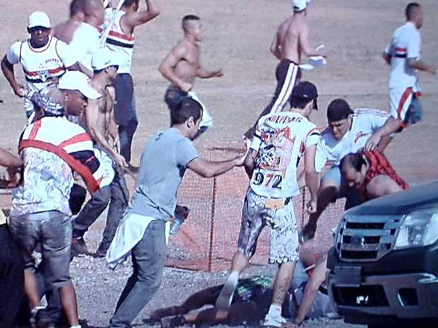 Torcedores do São Paulo agridem flamenguista em frente ao Estádio Nacional Mané Garrincha, em Brasília (Foto: Reprodução/TV Globo)