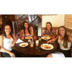 Amanda com amigas (Foto: Instagram)
