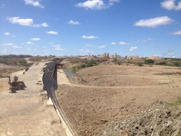 Obras da barragem de Ingazeira, no Sertão, começaram há 18 anos e ainda não foram concluídas (Foto: Caren Diniz/TV Asa Branca)