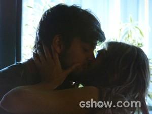 Lili e Marlon se rendem à paixão (Foto: Além do Horizonte / TV Globo)