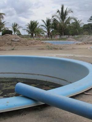 piscinas em péssimo estado CT Bahia de Feira (Foto: Gustavo Serbonchini / Globoesporte.com)