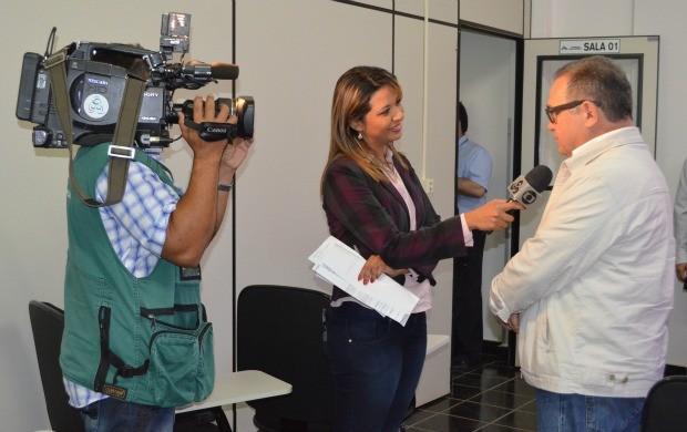 A repórter Aline Vieira conversa com o presidente da Acisa sobre a nova fase. (Foto: Tácita Muniz)