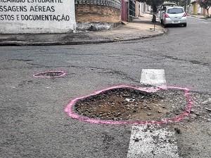 Buraco na rua Orestes Morandini já foi arrumado duas vezes, segundo morador (Foto: Gabriel Basaglia/ Arquivo Pessoal)