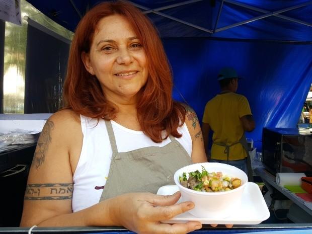 A jornalista Nice decidiu se dedicar aos pratos típicos nordestinos, em feira de Campinas (Foto: Fernando Pacífico / G1)