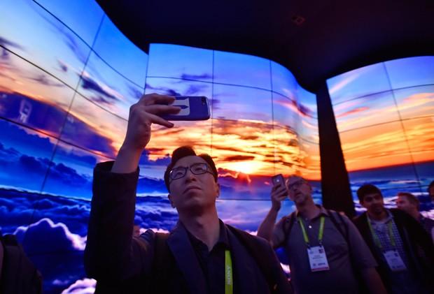 Telas em ondas formam a instalação da LG na CES semana passada (Foto: David Becker/Getty Images)