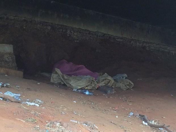 Morador de rua dorme embaixo de viaduto na Marginal Botafogo, em Goiânia (Foto: Fernanda Borges/G1)