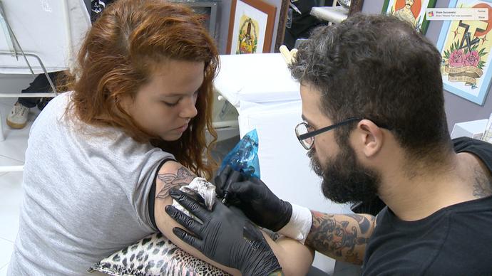 O estilo de tatuagem Old School é bem procurado na Grande Vitória. (Foto: Divulgação / TV Gazeta ES)