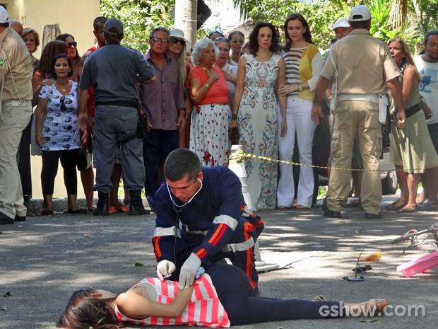 Helena e Juliana encontram Gorete estirada no chão (Foto: Em Família/ TV Globo)