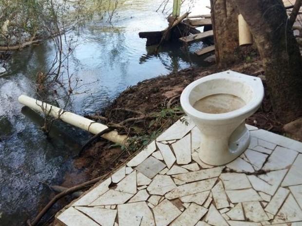 Banheiro de rancho despeja esgoto diretamente no rio Paranapanema (Foto: Adolfo Lima/TV TEM)
