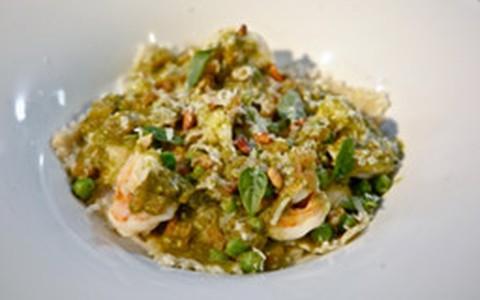 Ravióli de requeijão cremoso com molho pesto e camarão