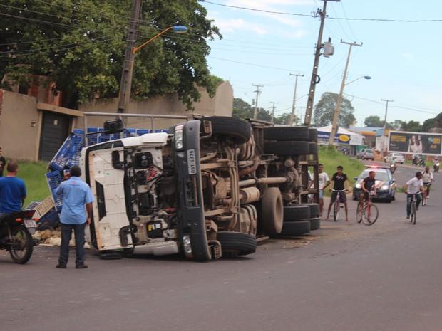 Caminhão tombou na BR-343 no balão da Ladeira do Urugaui  (Foto: Ellyo Teixeira/G1)