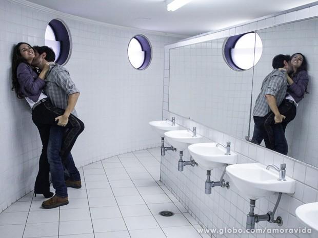 O casal se agarra sem vergonha no banheiro (Foto: Amor à Vida / TV Globo)