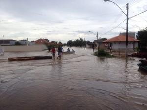 Rio sobe e invade ruas em Ferreira Gomes; população culpa hidrelétrica (Foto: Abinoan Santiago/G1)
