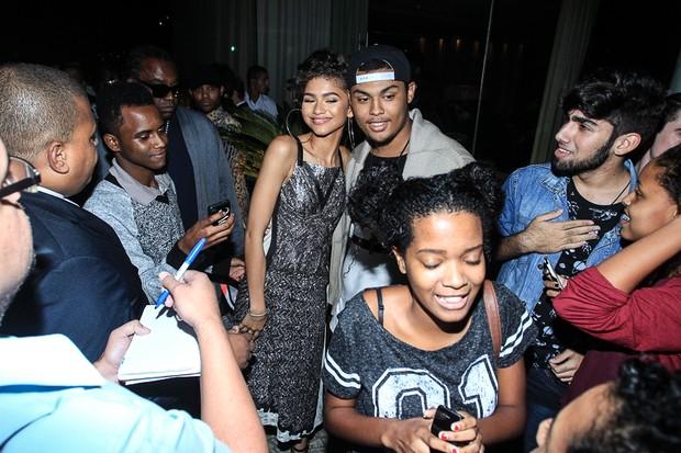 Zendaya posa com fãs (Foto: Marcello Sá Barretto / AgNews)