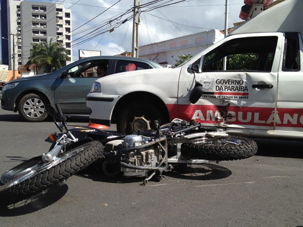 Acidente envolve ambulância e motocicleta em João Pessoa, Paraíba (Foto: Walter Paparazzo/G1)